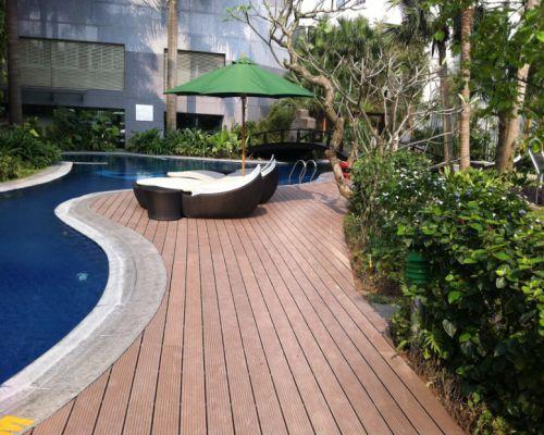 Sàn gỗ ngoài trời lắp đặt khu vực bể bơi