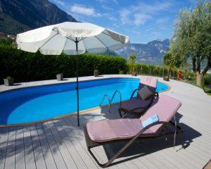 Khu vực bể bơi sang trọng hơn với sàn ngoài trời