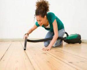 Dùng máy hút bụi để vệ sinh sàn gỗ