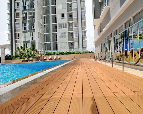 Sàn gỗ nhựa ngoài trời lắp đặt cho không gian bể bơi