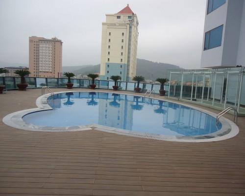 sàn gỗ bể bơi