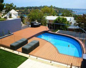 Có nên dùng sàn gỗ ngoài trời cho không gian bể bơi hay không
