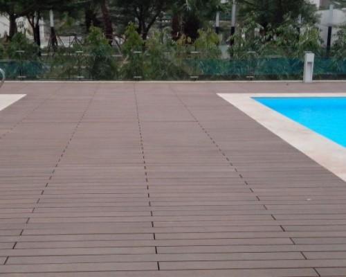 Những ứng dụng của sàn gỗ bể bơi luôn tạo nên một  không gian đẳng cấp hơn hiện đại hơn và chúng đã mang lại một vẻ đẹp thiên nhiên cho không gian bể bơi sân vườn của gia chủ