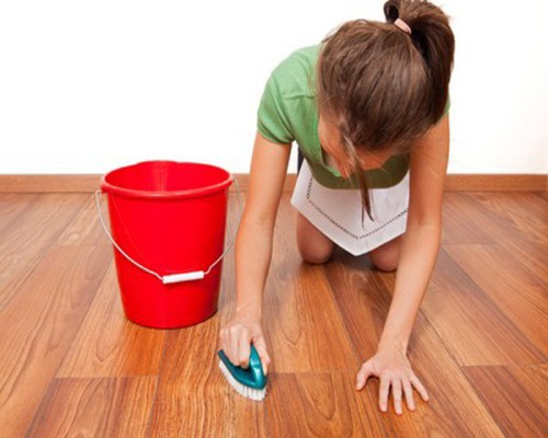 vệ sinh sàn gỗ công nghiệp phòng khách
