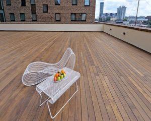 Sàn gỗ ngoài trời có độ bền cao hơn so với sàn gỗ tự nhiên nhưng giá lại rẻ hơn một nửa
