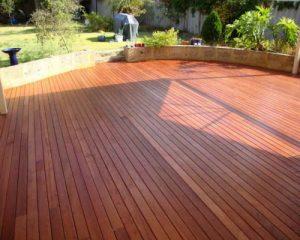 Sàn gỗ ngoài trời có tuổi thọ và độ bền màu như thế nào?
